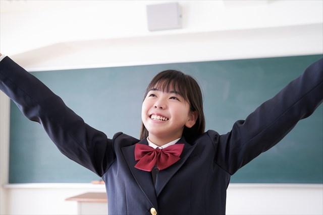 両手を広げる学生